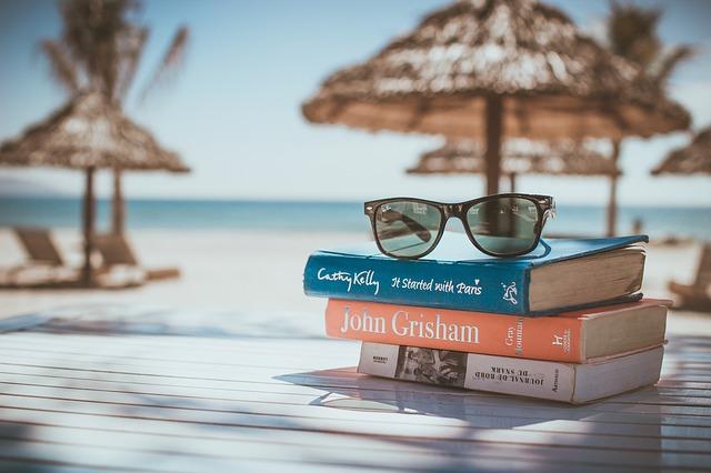 Avec mes lunettes rayban, je blogue sur la plage au soleil